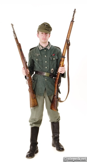 Comparing a German and a Russian rifle.